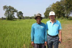 ดร.วัลลภ มานะธัญญา (ขวา)กับชาวนาที่เข้าร่วมโครงการหงษ์ทองนาหยอด ในพื้นที่ตำบลโพนข่า จังหวัดศรีสะเกษ